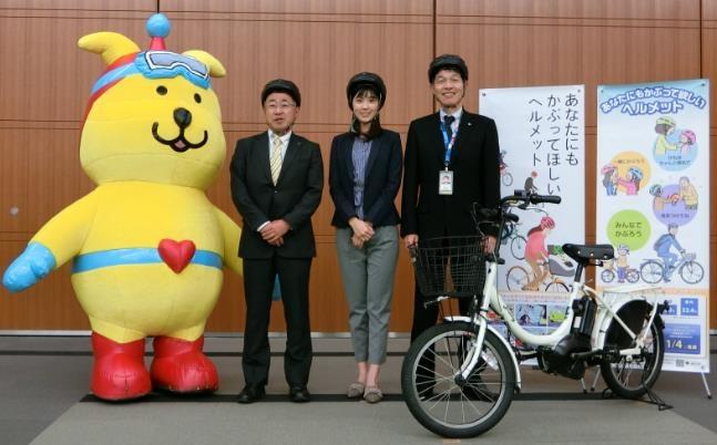 左から、みまもりぃぬ、au損保・伊東専務、渡辺早織さん、キヤノン・田原ヒューマンリレーションズ推進センター部長