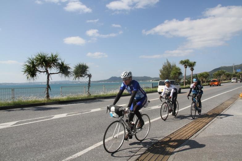 海はやはり沖縄らしいエメラルドグリーン。美しいロケーションの中をのんびり走れるのもサイクリングカテゴリーの魅力のひとつだ。