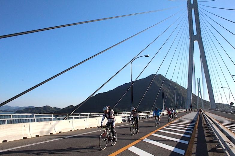 広島県の生口島と愛媛県の大三島の二つの県を結ぶ多々羅大橋を渡る参加者たち