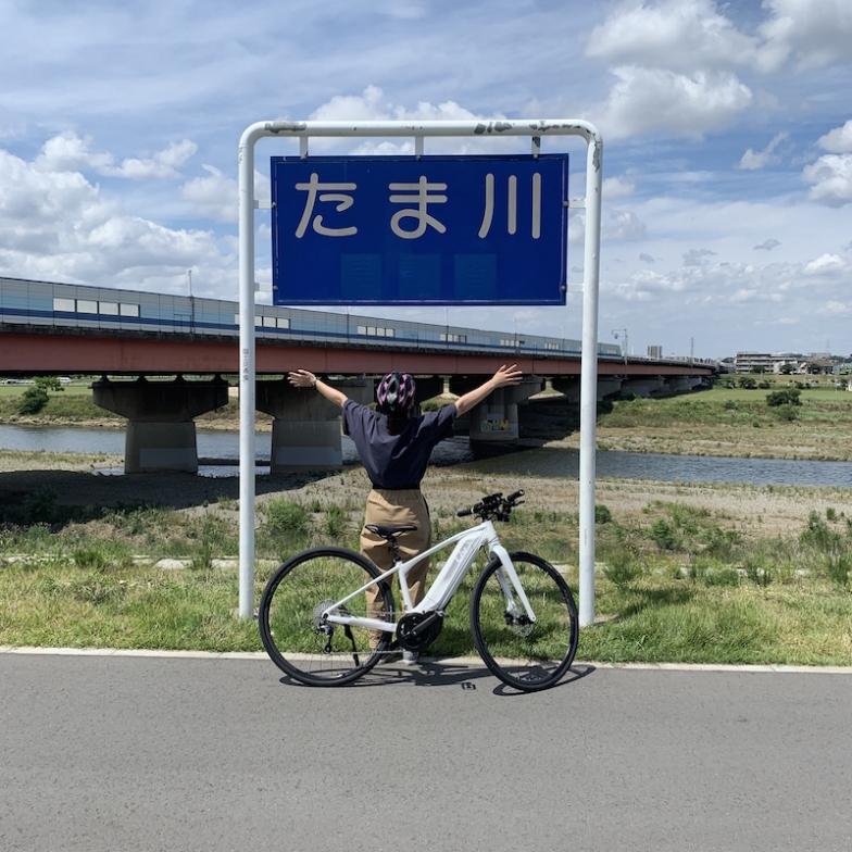 多摩川沿いを約1時間走りました。上り坂も砂利道も辛くないし、風にも直接当たることが出来て気持ちいいし、eバイクってすごいと思います