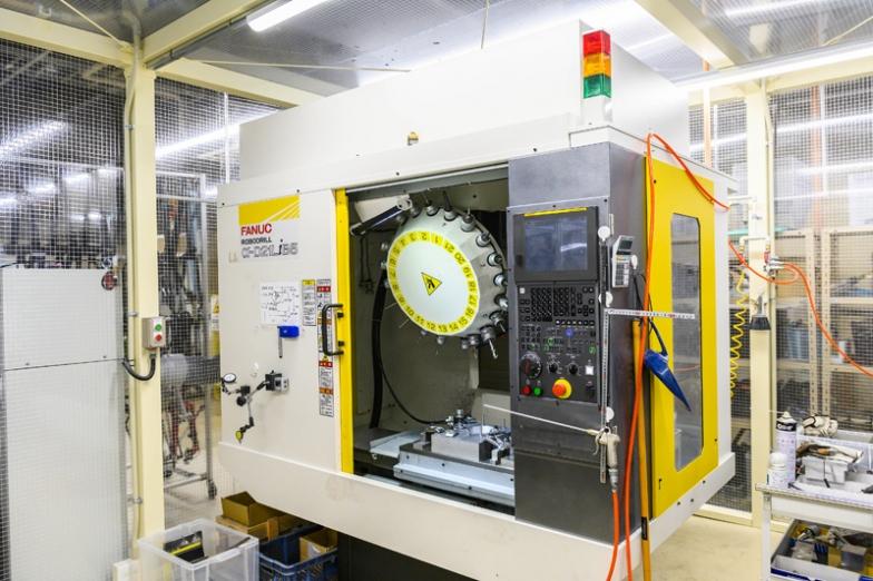 ラボ内には、3Dプリンター、カットサンプル用の研磨機などもある。写真はマシニングセンター。これで石膏型を製作・修正する