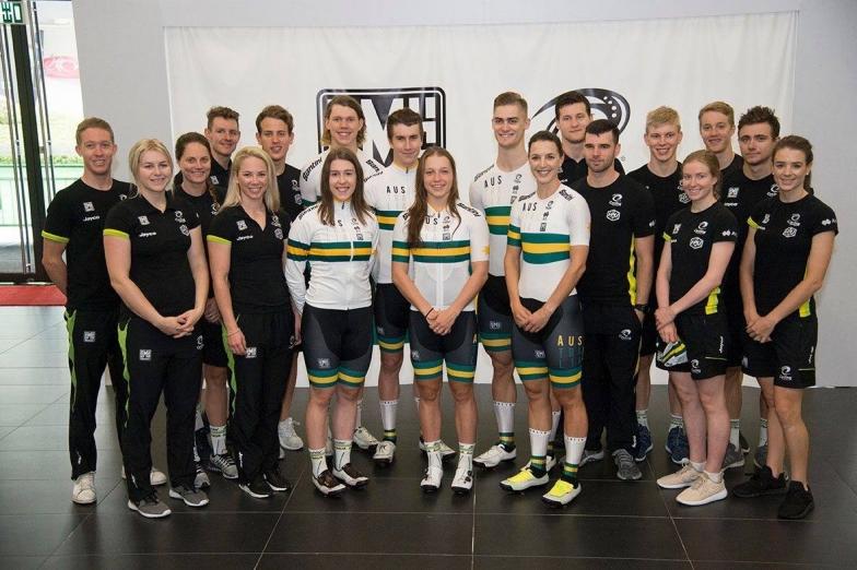 オーストラリア代表ジャージをまとうクリスティーナ(中央)。今後も活躍が楽しみです!