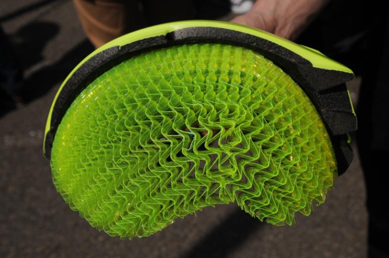 ウェーブセルというレイヤーを採用し、転倒時に脳障害になるリスクを低減したボントレガーの新しいヘルメット