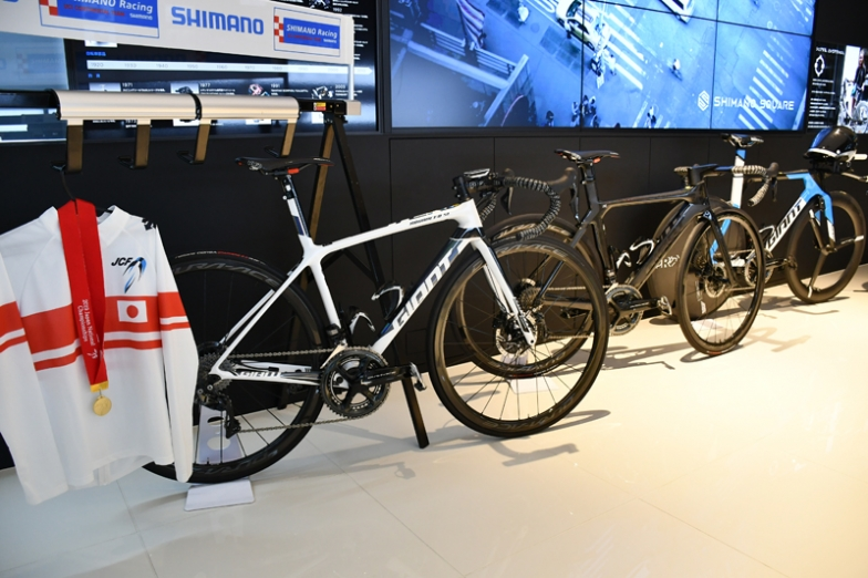 入部選手のチャンピオンジャージと、使用バイクも展示。ディスクブレーキを使って初めて日本チャンピオンになったロード選手となった