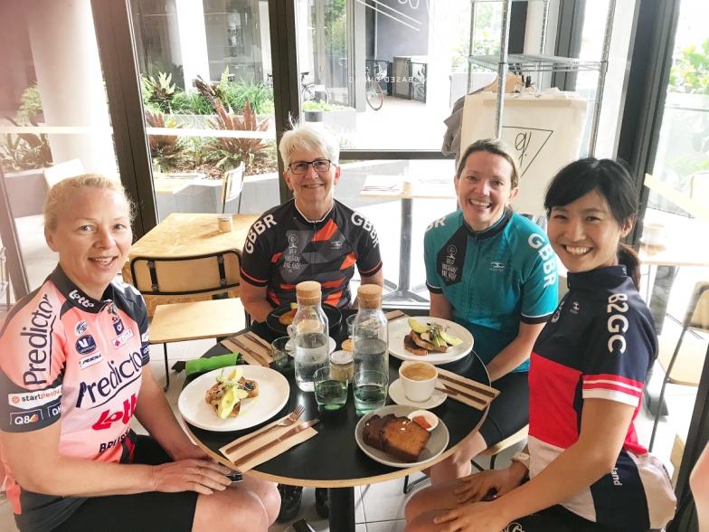 スタッフライド後、オフィス近くのカフェで。左からケルン、バーバラ、フィービーと。