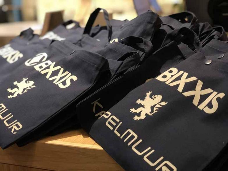 レセプションパーティーはウエアブランドのカペルミュールが協賛し、参加者にはBIXXISとKAPELMUURダブルロゴ入り特製サコッシュのお土産が進呈された