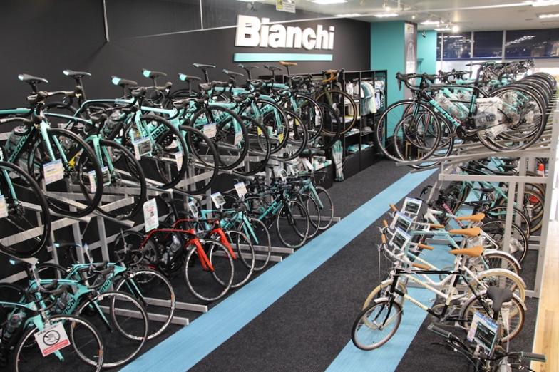 中四国地区でビアンキバイクストアの日本限定モデルが入手できるのはこの店だけ。バイク&パーツ&アパレル類に至るフルラインナップを展開