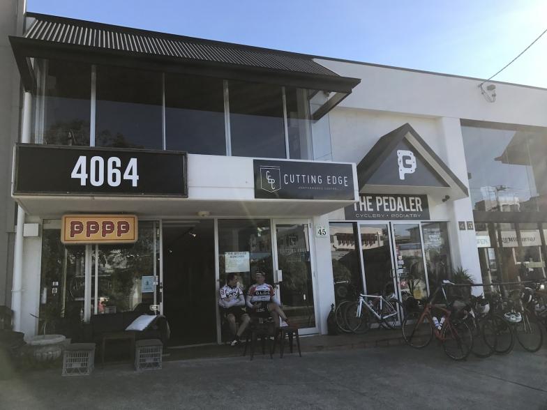 左はカフェ「4064コーヒー」で、右がザ・ペダラー。健脚なライダーたちの交流スポットでもあります