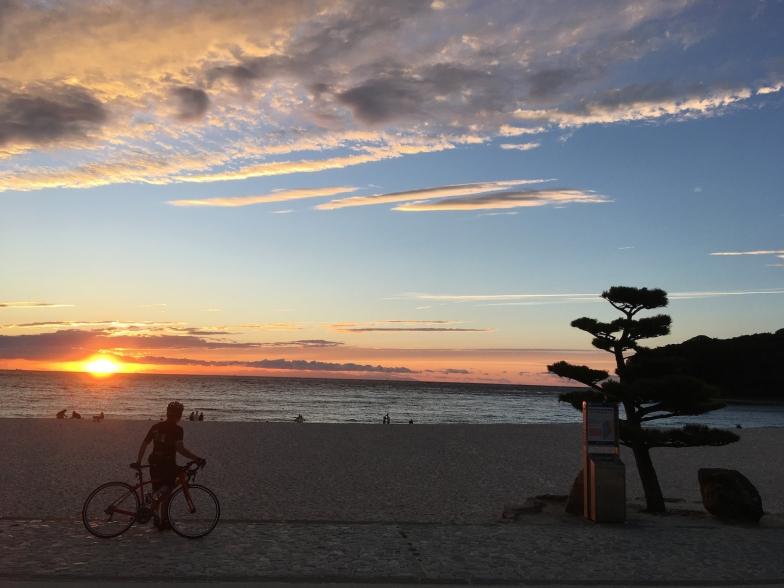 日本の夕日百選にも選ばれている「白良浜(しららはま)」の夕日