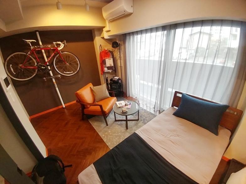 部屋の一例。シングルベッドにテーブル。そしてバイクラック。クローゼットは写真左手にある