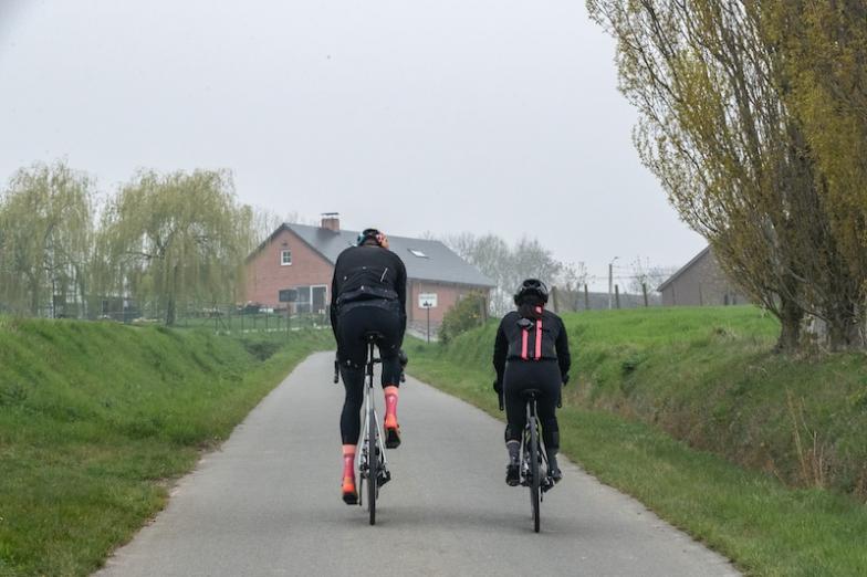 身長2mのオランダ人ピーターはサイズ64、身長154cmの筆者はサイズ44。フレームの製造設計はサイズごとに行っているため、サイズが変わっても剛性などの特性は変わらないという