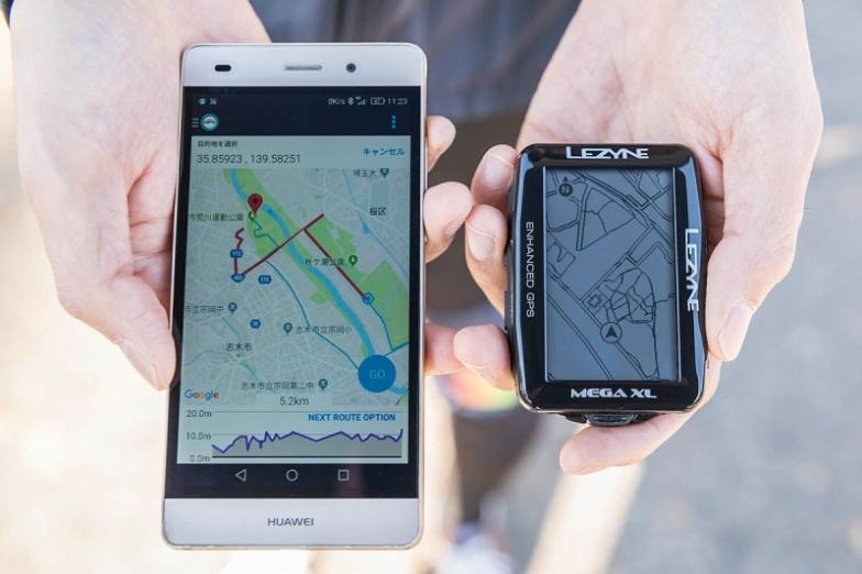 ナビのルート設定などはスマートフォンのアプリから。本体のボタン操作よりも操作性が高いスマートフォンで設定できるほうが利便性が高い