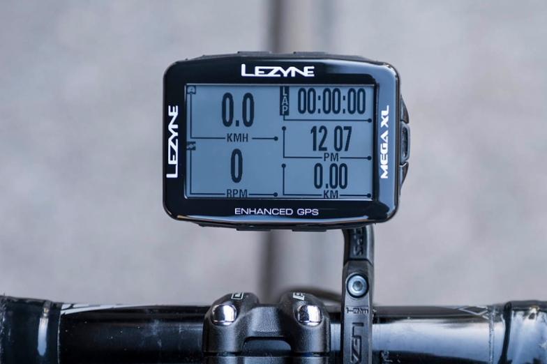本体を横にして取り付けたときのメニュー表示例。メガXL GPSは最大で10のデータを一度に表示できる