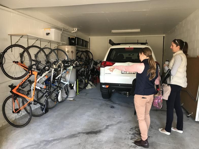 自転車イベント組織、バイシクル・クイーンズランドのスタッフのクレア(手前)も驚くバイクの数々