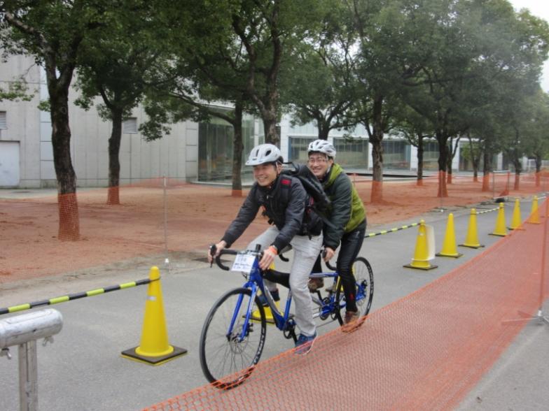 タンデム自転車初体験の長谷川茂さんと平井春彦さん。「ストーカー(後部に乗るひと)は、パイロットを信じるしかないので、声掛けが大切やね。男同士の友情が深まりましたわ(笑)」ええコメントおーきにです~