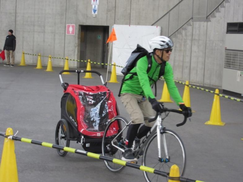 バーレーの自転車用ベビーカーにお子さんを乗せて、真剣な眼差しで試乗するお父さんを発見。実際に子どもを乗せて走れる機会は、めったにないので、こういう試乗車があるのは、めっちゃええすね!!