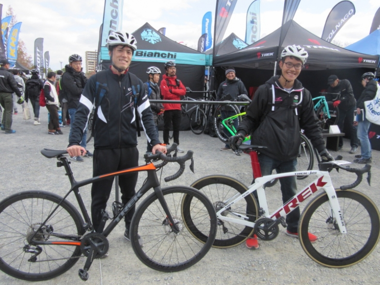 奈良から来た杉本望さんと田村優樹さん。エモンダSL6ユーザーの田村さん(右)は、購入予定のマドンのディスクを試乗。来年から京都の某大学自転車競技部に入るそうなんで、おっちゃん、密かにチェックしとくわな