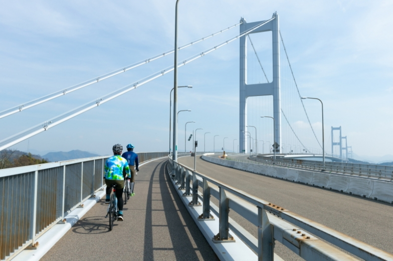 ぐるんぐるんとループする自歩道で、高度50〜60mに架かった来島海峡大橋へ。いよいよ空中散歩の始まりだ。橋へのアプローチは地味にシンドイが、Eバイクなら余裕なのは言うまでもない