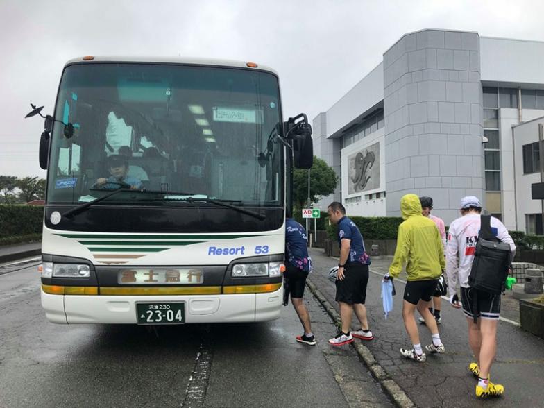 温かい大型バスでスタート&ゴール会場まで送ってもらえて、皆ほっとした様子!