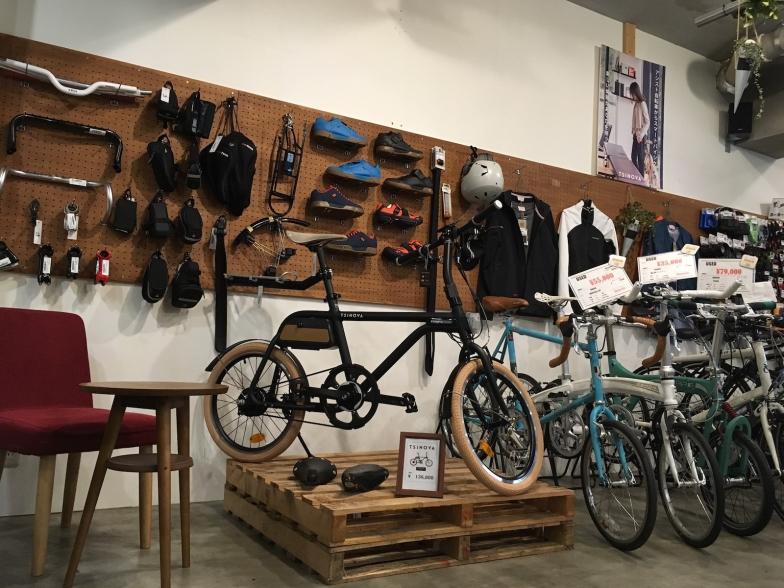 店内にはeバイクのチノーバが展示販売されている
