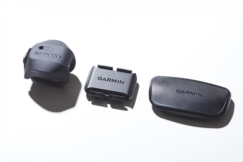 左からケイデンスセンサーデュアル、スピードセンサー デュアル、プレミアムハートレートセンサー(HRM-デュアル)
