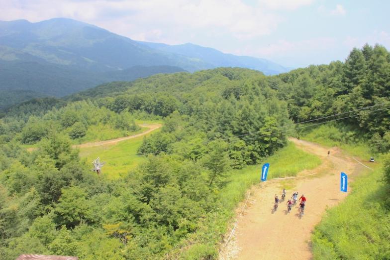 これまでウィンターシーズンのみしか開かれなかった、岩岳の西側のゲレンデを使用するeバイク向けコース