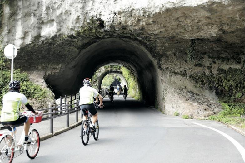 一行が初日に走った「メイプル耶馬サイクリングロード」 は1975年に廃止となった旧耶馬溪鉄道跡を利用した36kmの自転車道。中津市を縦断する山国川沿いを走る。素掘りのトンネルを生かした青の洞門を通過