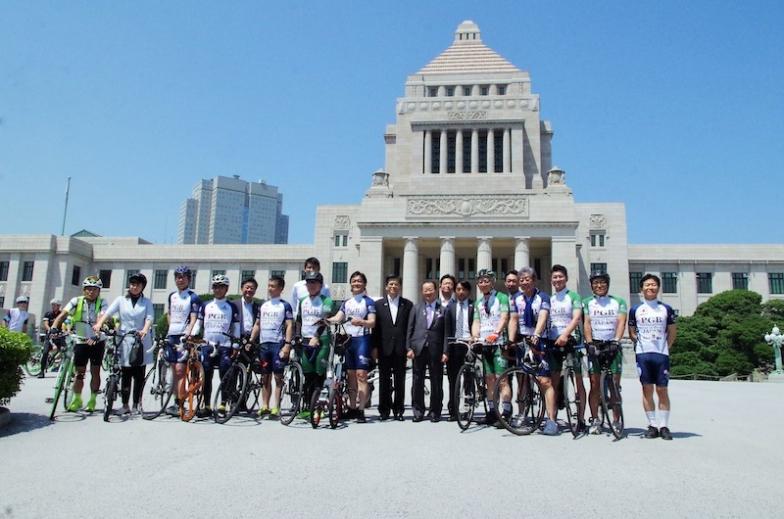 国会議事堂をバックに記念撮影する自転車活用推進議員連盟のメンバーら