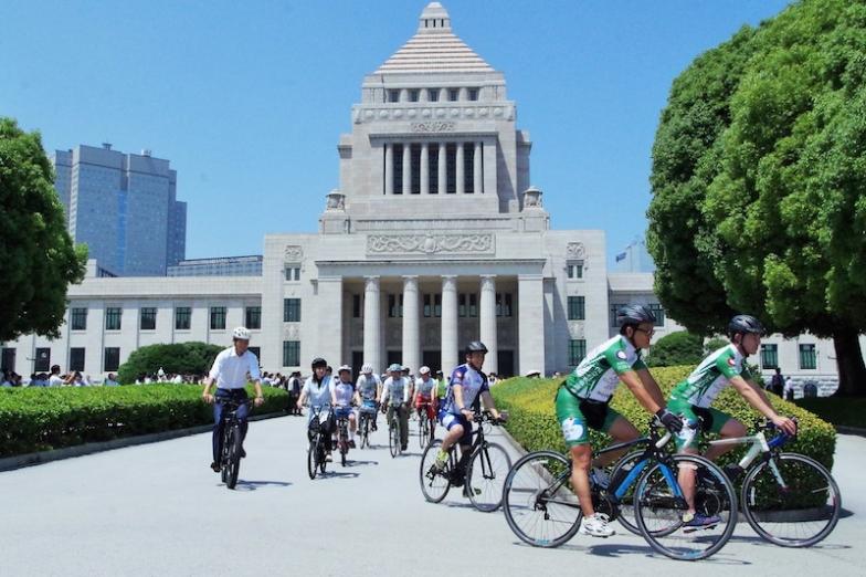 皇居一周サイクリングに出発する参加者ら