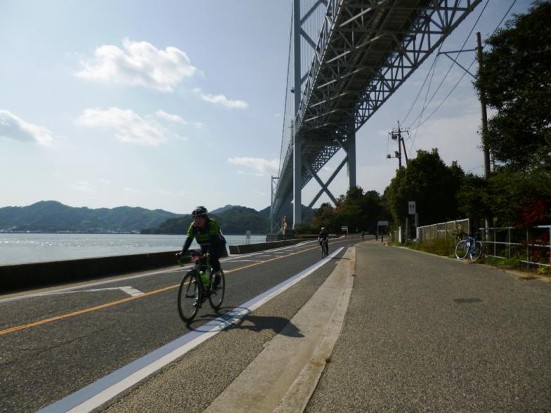 後半は高速道路を降り、一般道を走る。橋の下をくぐる場面もたくさんあるぞ