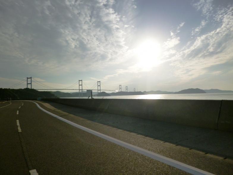 道路、島、海、橋、太陽が織りなす壮大な景色をいたるところで楽しめる