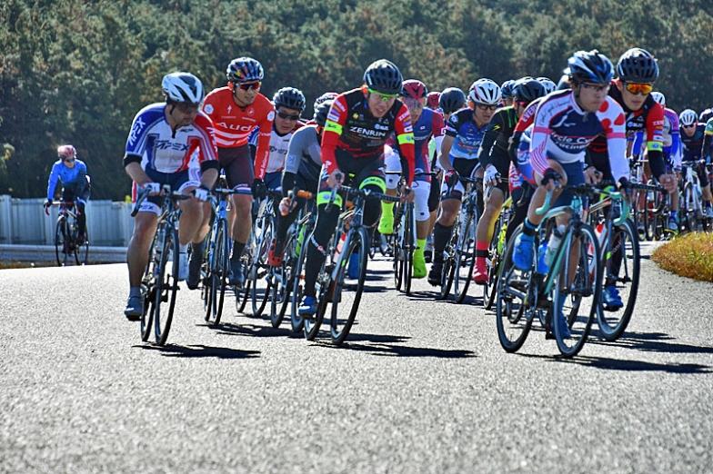 チーム右京の選手も参加。憧れの選手と一緒に走れるのは、ホビーサイクリストにとっては嬉しいサプライズ?