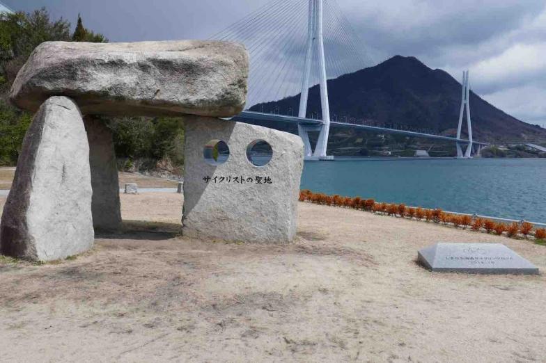大三島の多々羅しまなみ公園にあるサイクリストの聖地記念碑。2014年のしまなみ国際サイクリング大会を記念して建てられた