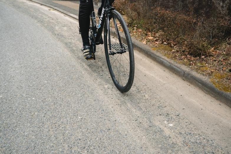 道路の端には尖った石や小さな釘・針などがたまりやすくなっている