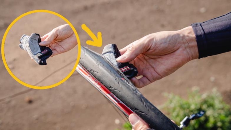 サイクリンググローブを外してこのように丸め、タイヤ内部をなぞるようにして異物のチェックをしていく