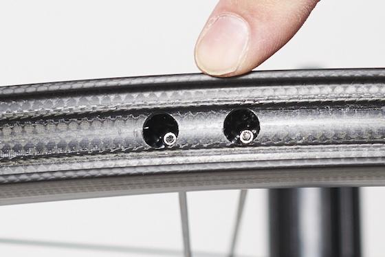 """チューブレスレディ対応ホイールで、スポーク穴が空いているタイプ。これは""""チューブレスレディホイール""""とも呼ばれる"""