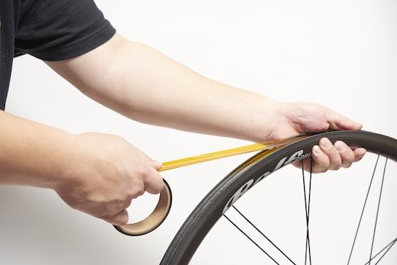 チューブレスレディ対応ホイールでスポーク穴が空いているタイプには、このようにしてチューブレステープを貼る必要がある