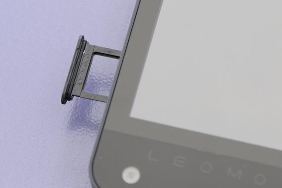 SIMカードはnanoSIMに対応する。国内で使えるキャリアなら、何でも使える。さらに、microSDカードも使用可能だ。