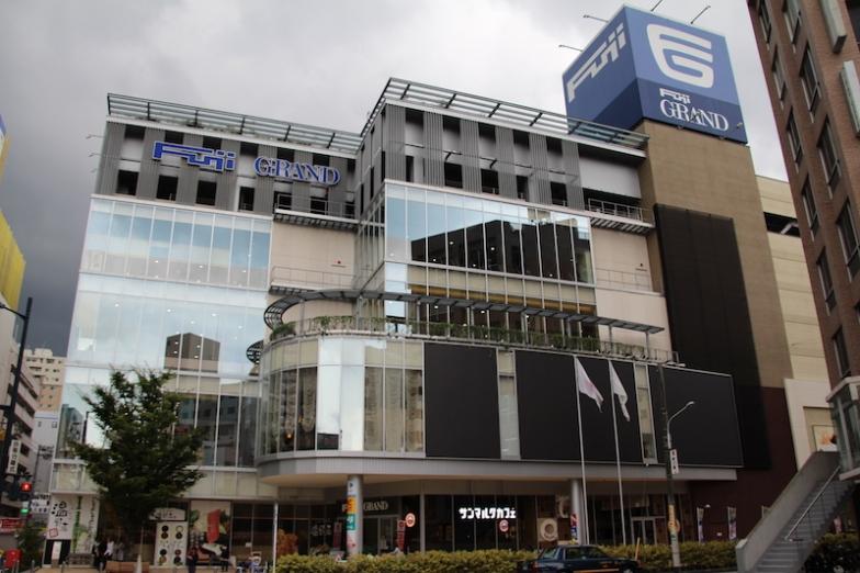 店舗は広島市内の中心地にあるコミュニティ型ショッピングセンター「フジグラン広島」内の2階と1階に
