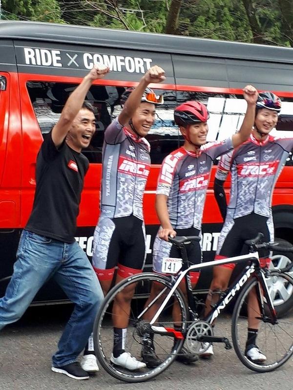 チームユーラシア-IRCタイヤの橋川監督、花田選手、吉岡選手、山岸選手