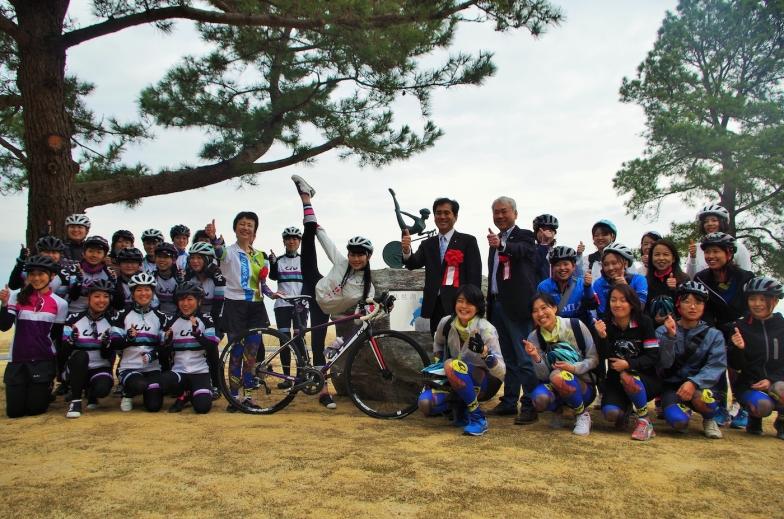 今回サイクリングに参加した滋賀県の女性サイクリストやLivエンジェルたちとも記念撮影