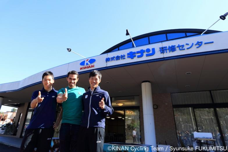 前日のライドをともにしたKINAN Cycling Team・椿大志と中西健児が「バキューンポーズ」で記念のショット=2018年11月7日