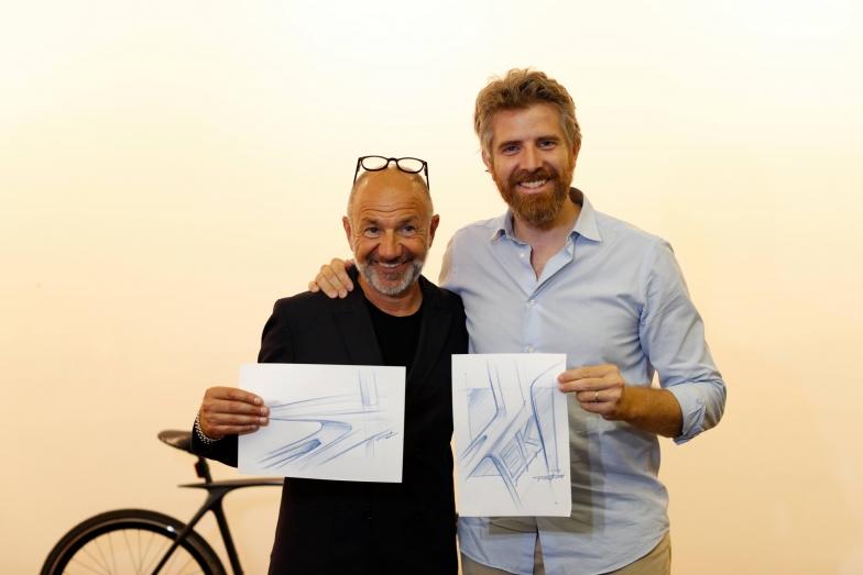 メタモルフォーシスのデザインはSKピニンファリーナのデザインにも関わったピニンファリーナ社のDaniele Mazzon氏(写真右)によるもの。スケッチを手にクリスチアーノ・デ・ローザ氏と