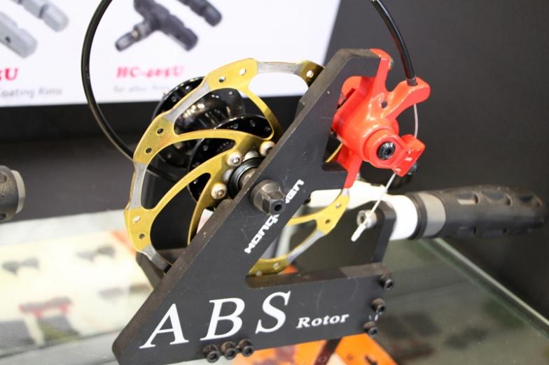 ブレーキローターのパッドと接触する部分に加工を施してABSのような動きの実現を狙った商品