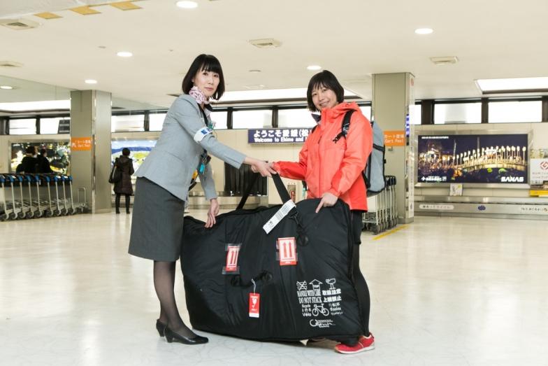 最後まで人の手で預け主の元へ。自転車は無事無傷で松山空港に到着した