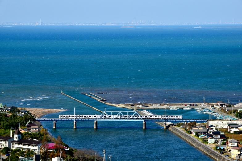往復の車窓からは東京湾を間近に感じることができる