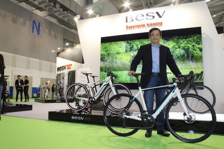 eロードモデルの「JR1」とともに台北ショーに立つ、BESV(ダーフォン社)取締役会長 Andy Su(アンディ・スー)氏