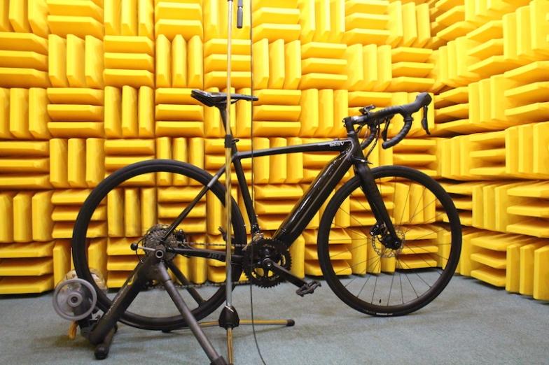 音の反響をなくした半無響室で、モーター音を 解析してノイズを軽減。快適な走行性能を実現する検証は、eバイクブランドならでは