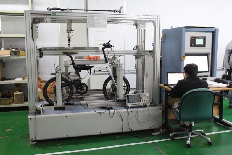 自転車としての性能や品質の試験ももちろん行っており、衝撃テストや写真の金属疲労テストなどさまざまな項目で行われる
