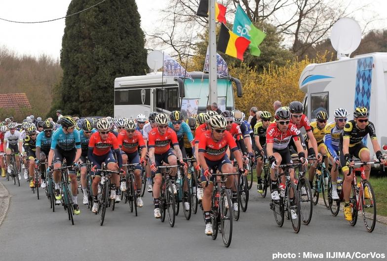 チームでレースの主導権を握り、コルブレッリの2連覇を狙うバーレーン・メリダ。中央には新城 photo:Miwa IIJIMA/CorVos